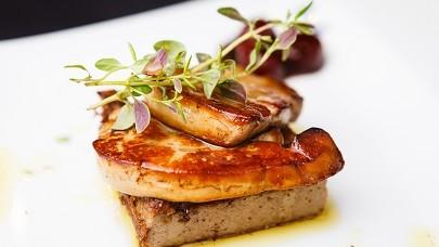 Escalopes de foie gras, compotée d'oignons & grains de cassis